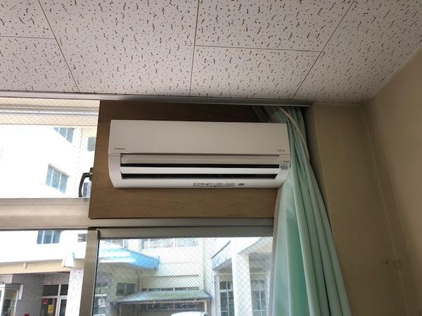 エアコン取付工事 窓を利用